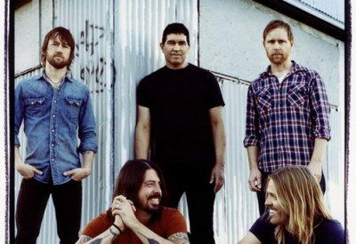 Dave Grohl et Courtney Love réconcilliés... grace à des seins